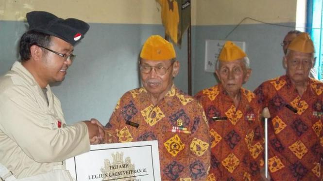 Komunitas Roode Brug Soerabaia berikan bantuan kepada para veteran