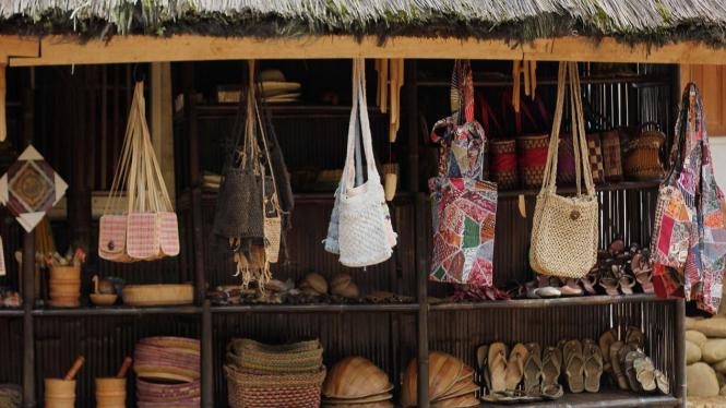 Penjual cendera mata di Kampung Naga