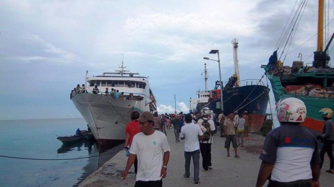 Suasana di pelabuhan Sanana
