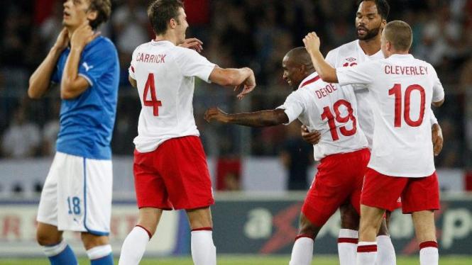 Jermain Defoe merayakan gol ke gawang Italia