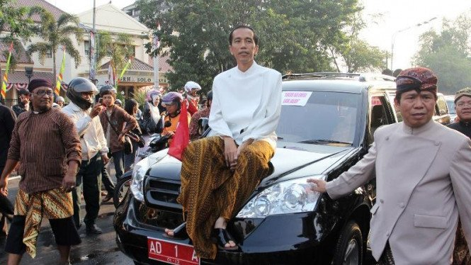 Kirab mobil Esemka dengan Joko Widodo.