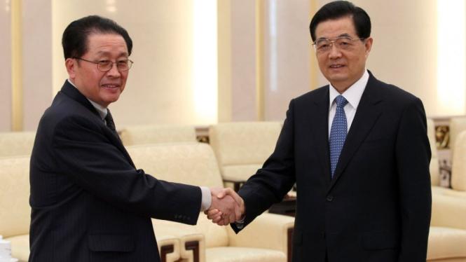 Hu Jintao (kanan) salaman dengan Jang Song-thaek (Korea Utara)
