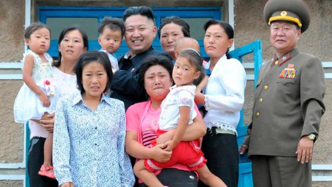 Kim Jong-un mengunjungi sebuah keluarga di Pyongyang