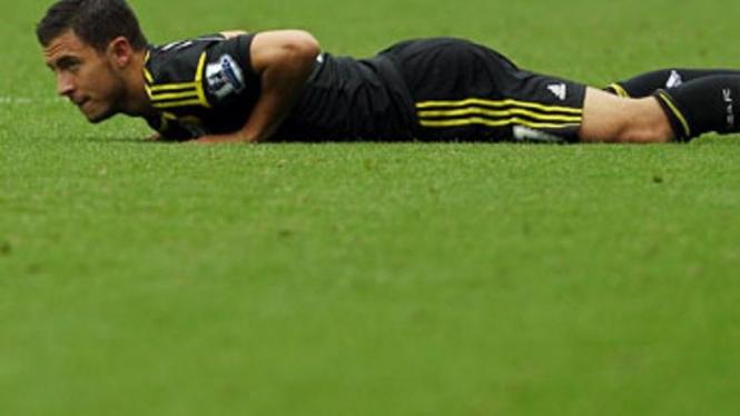 Pemain Chelsea, Eden Hazard, usai dilanggar lawan
