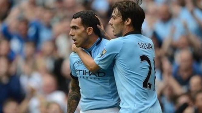 Pemain Manchester City, David Silva (kanan), bersama Carlos Tevez
