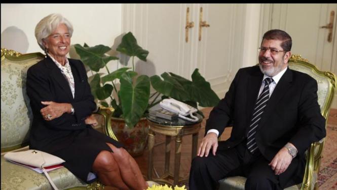 Direktur IMF Christine Lagarde (ki) dan Presiden Mesir Mohammed Mursi