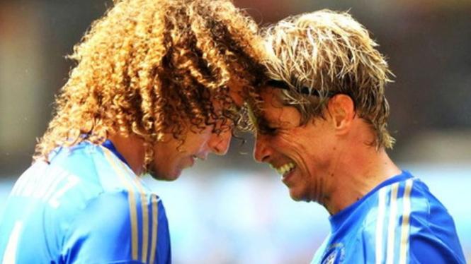 Pemain Chelsea, David Luiz (kanan), bersama Fernando Torres