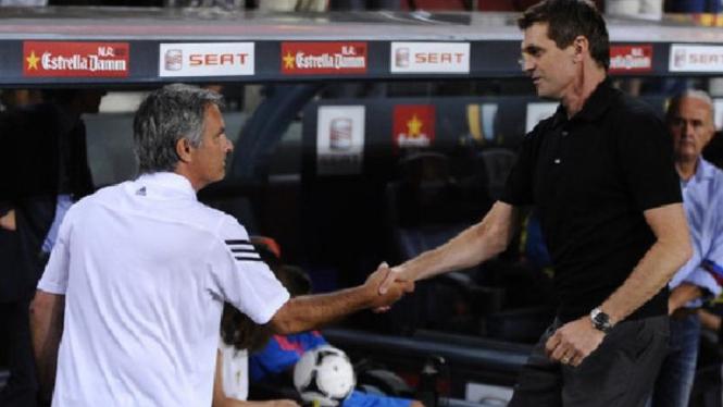 Pelatih Real Madrid, Jose Mourinho (kiri) dan pelatih Barcelona, Tito Vilanova.
