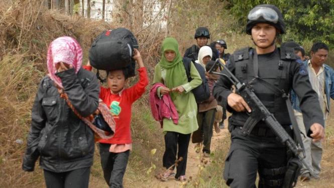 Penganut Syiah di Sampang mengungsi dikawal polisi