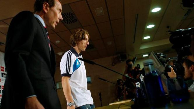 Emilio Butragueno (kiri) dan Luka Modric saat diperkenalkan Real Madrid