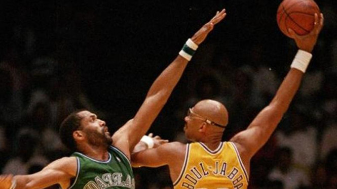 Kareem Abdul-Jabbar (kuning) melakukan skyhook andalannya