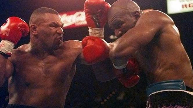Mike Tyson saat bertarung melawan Evander Holyfield