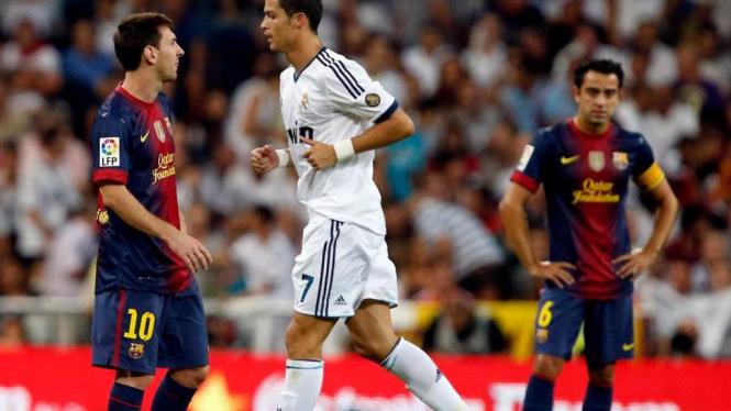 Cristiano Ronaldo (tengah) usai membobol gawang Barcelona