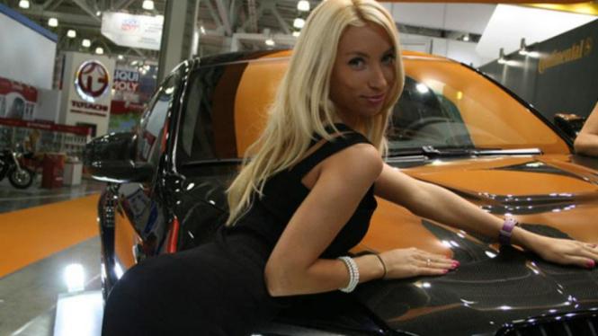 Model wanita di Moscow Motor Show 2012