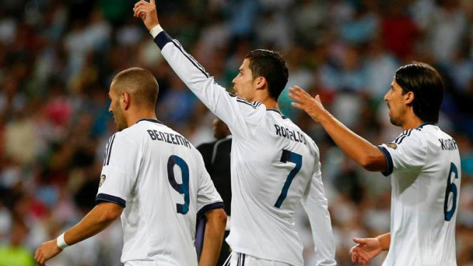 Pemain Real Madrid, Cristiano Ronaldo (tengah/7), saat melawan Granada