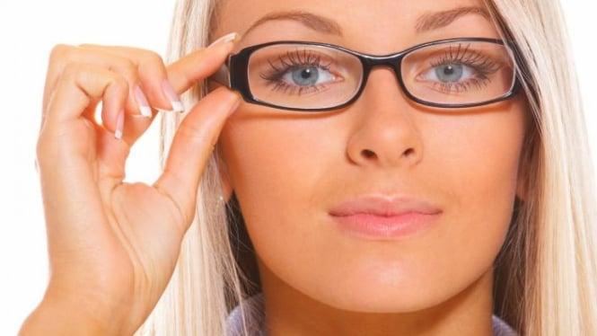 Kiat Tampil Cantik dan Seksi dengan Kacamata – VIVA f0387875fa
