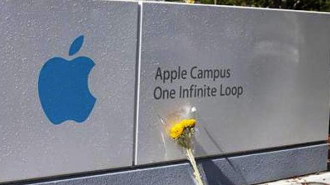 Bunga duka untuk Steve Jobs di depan Apple Campus