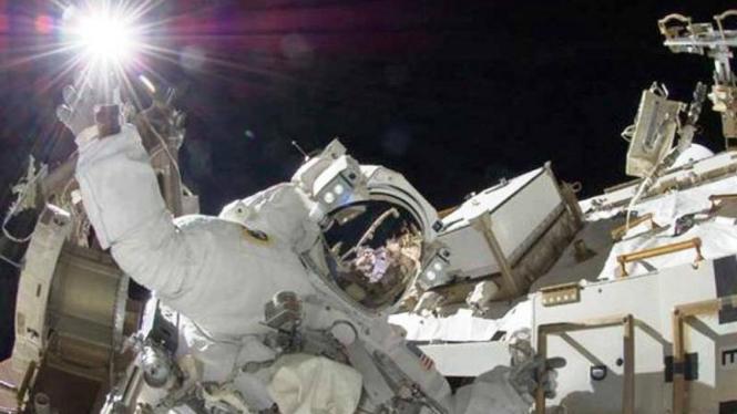 Tangan astronot seakan menyentuh matahari