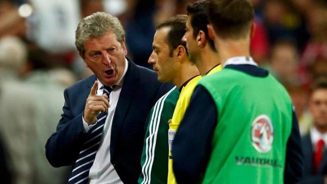 Pelatih Inggris, Roy Hodgson (kiri), melakukan protes ke wasit