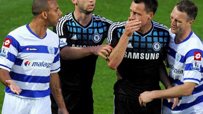 Pemain QPR, Anton Ferdinand (kiri) dan John Terry (menutup mulut).