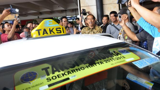 Jokowi Naik Taksi