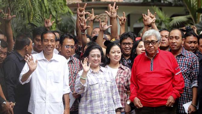 Jokowi Temani Megawati dan Keluarga Mencoblos di TPS 031