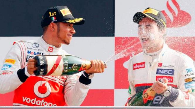 Lewis Hamilton (kiri) bersama Sergio Perez