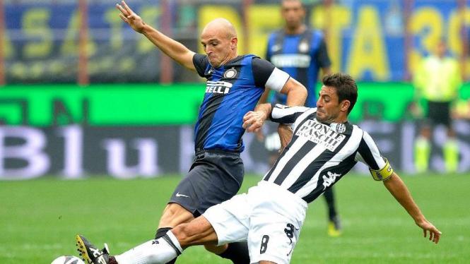 Pemain Inter Milan, Esteban Cambiasso (kiri)