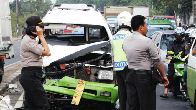 Kecelakaan Angkot di Daan Mogot
