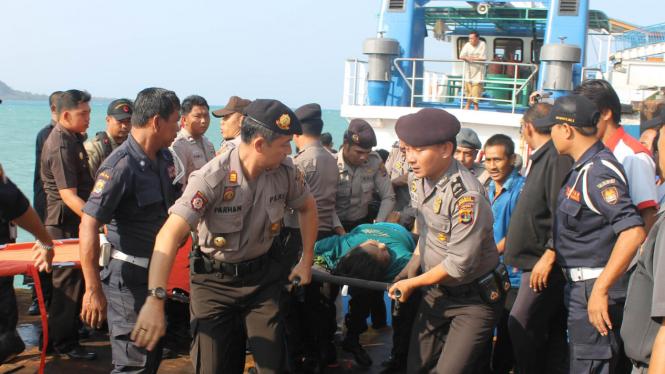 Evakuasi penumpang Kapal KM Bahuga Jaya