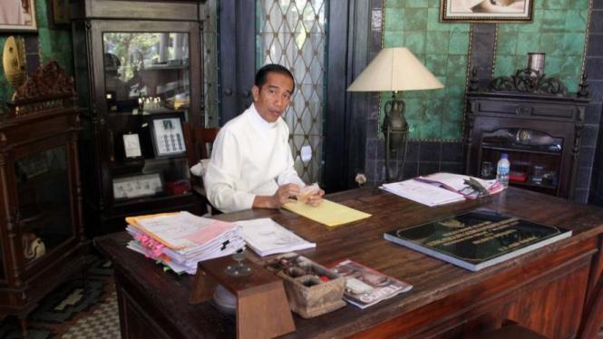 Jokowi di antara mebel-mebel antik di ruang kerjanya