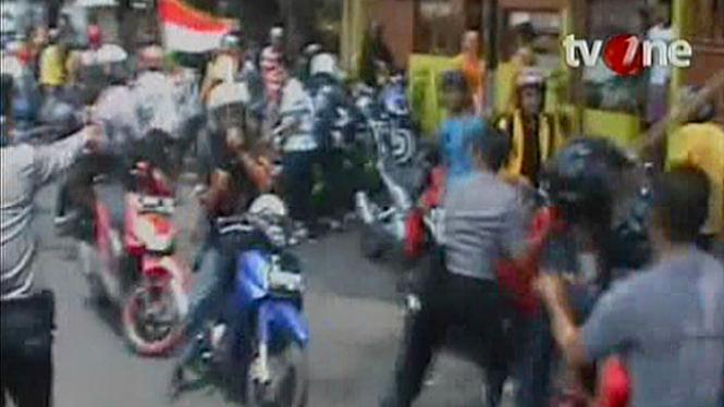 Aksi Brutal Polisi Bubarkan Konvoi Mahasiswa