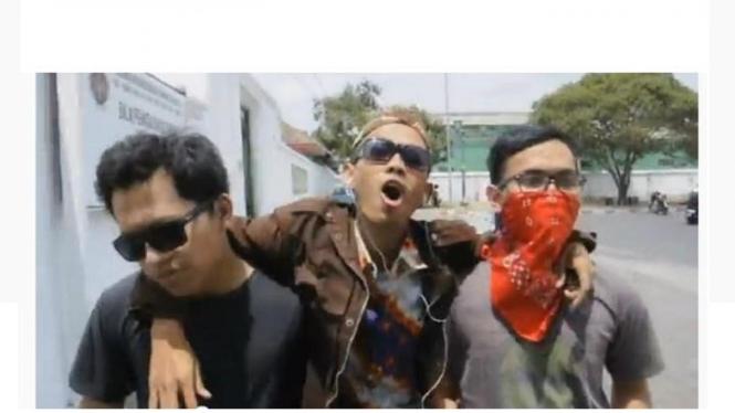 Pemuda menyanyikan Jowo Style