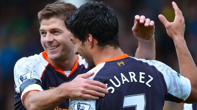 Pemain Liverpool, Steven Gerrard dan Luis Suarez.