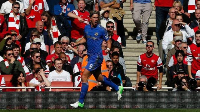 Striker Chelsea, Fernando Torres, merayakan gol lawan Arsenal