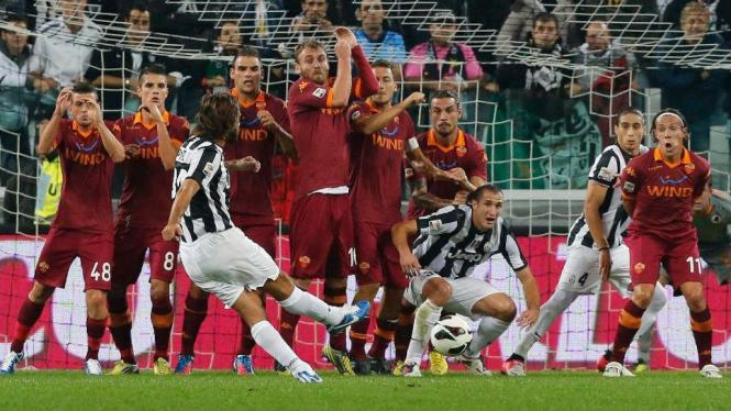 Andrea Pirlo membobol gawang Roma lewat tendangan bebas