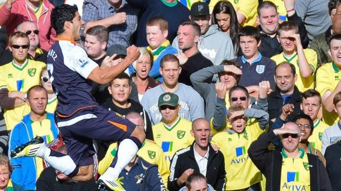 Luis Suarez rayakan gol ke gawang Norwich