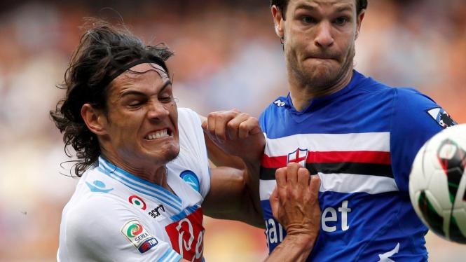 Striker Napoli, Edinson Cavani (kiri) berduel dengan pemain Sampdoria