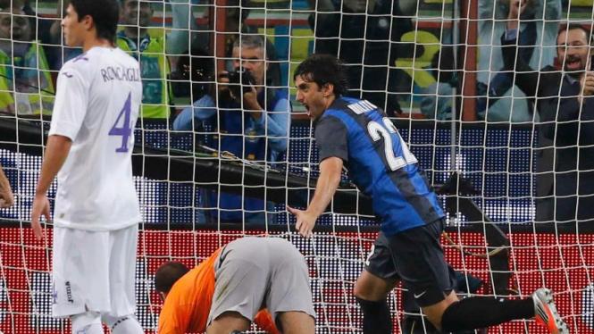Pemain Inter Milan, Diego Milito (kanan).