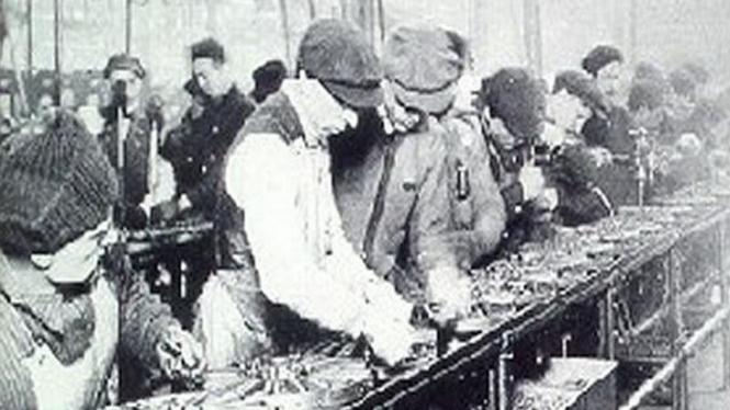 Produksi massal di pabrik mobil Ford 1913
