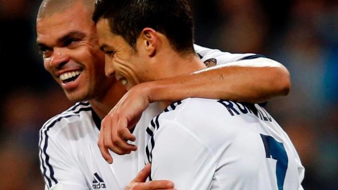 Pemain Belakang Real Madrid, Pepe (kiri), bersama Cristiano Ronaldo