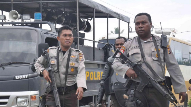Anggota Kepolisian Daerah Papua saat tugas patroli beberapa waktu silam. (foto ilustrasi)