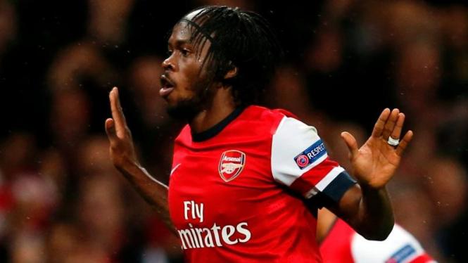 Penyerang Arsenal, Gervinho, merayakan golnya