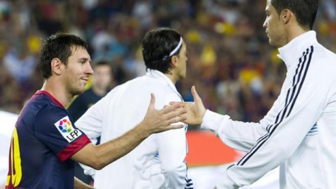 Lionel Messi (kiri) dengan Cristiano Ronaldo