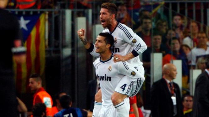 Cristiano Ronaldo merayakan gol dengan Sergio Ramos