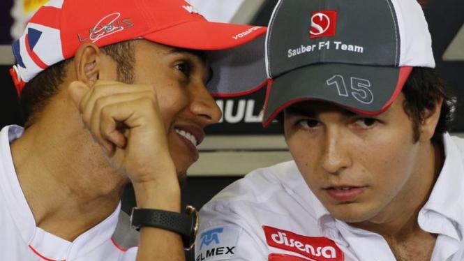 Pembalap McLaren, Lewis Hamilton (kiri), berbicara pada Sergio Perez
