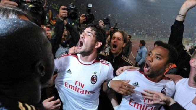 Alexandre Pato (putih/kiri) bersama Robinho merayakan scudetto Milan 2011