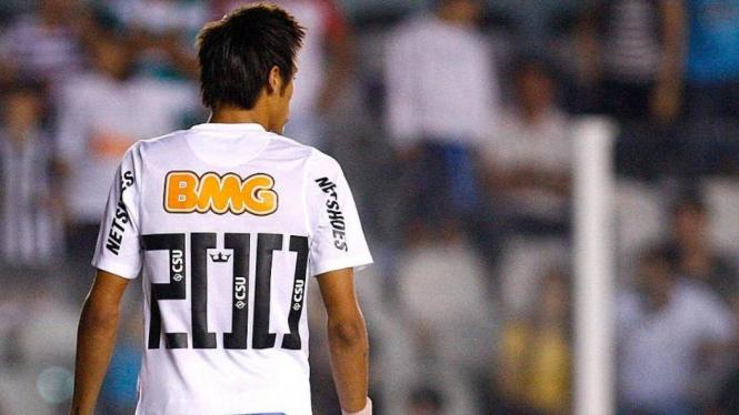 Neymar mengenakan nomor punggung 200