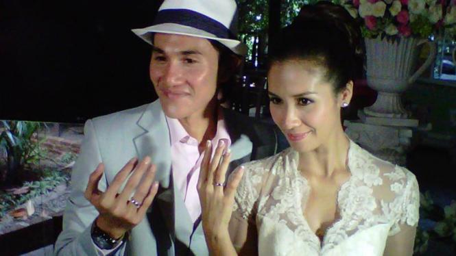 Vino Bastian dan Marsha Timothy menikah