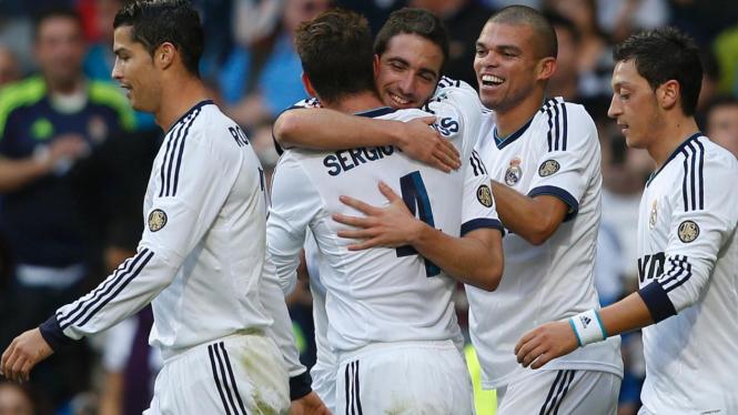 Pemain Real Madrid rayakan gol Gonzalo Higuain